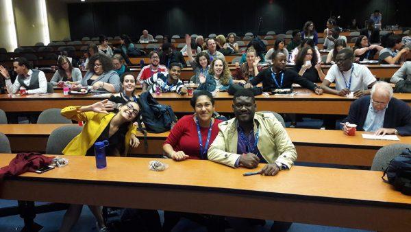 Serge J. Fécu et d'autres jeunes francophones lors du forum